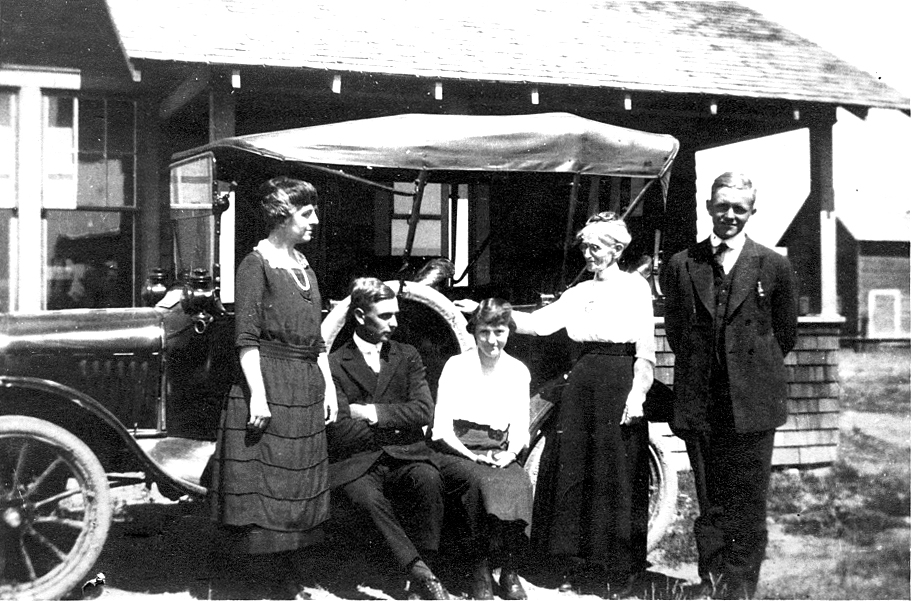 Theo Bereman, Leonard Searle,Fay Bereman,Damaris Ross Bereman, James Dorman Searle with car